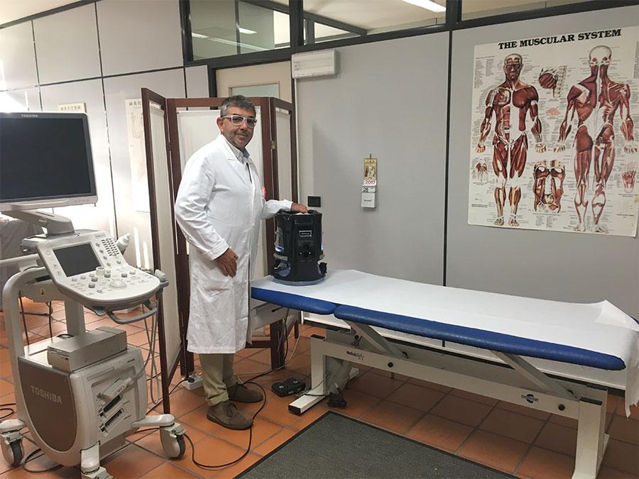 Dott. Valgimigli Giampiero, medico chirurgo, nel suo ambulatorio medico con Ritello R2.